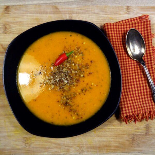 Denne lækre græskarsuppe laves bl.a. med smukke hokaidogræskar, chili og serveres med en sprød krydret dukkah