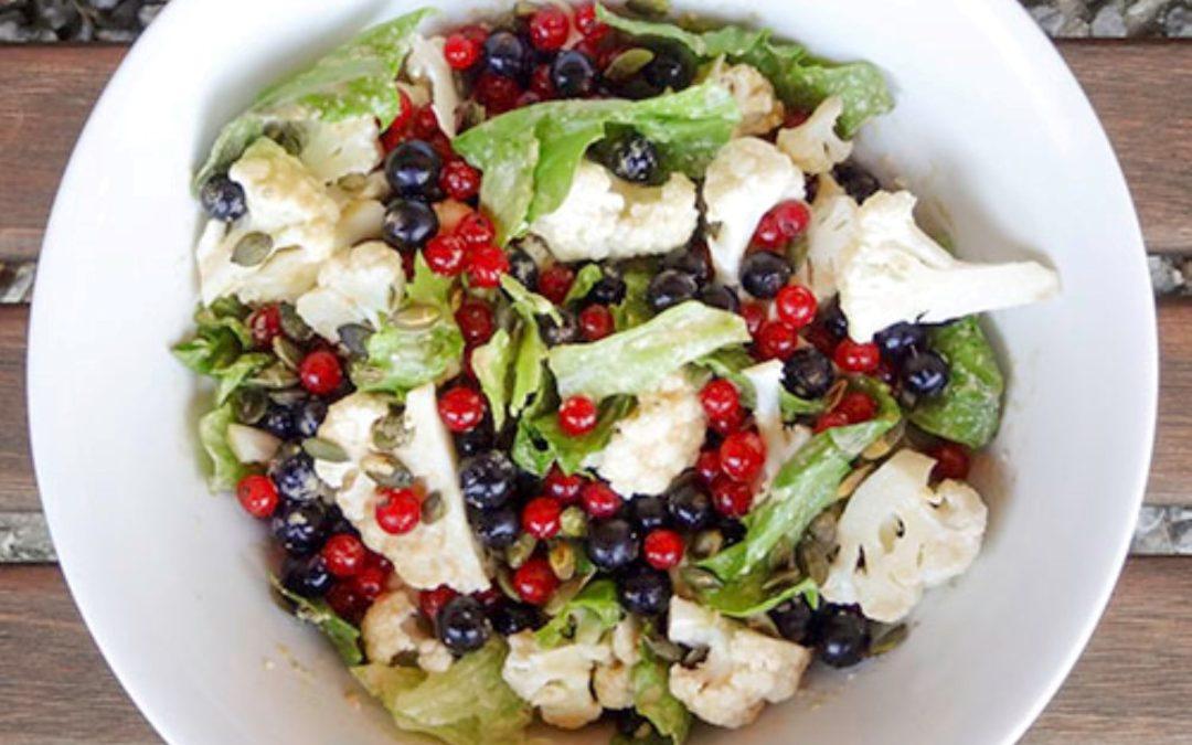 Salat med blomkål, ribs & solbær