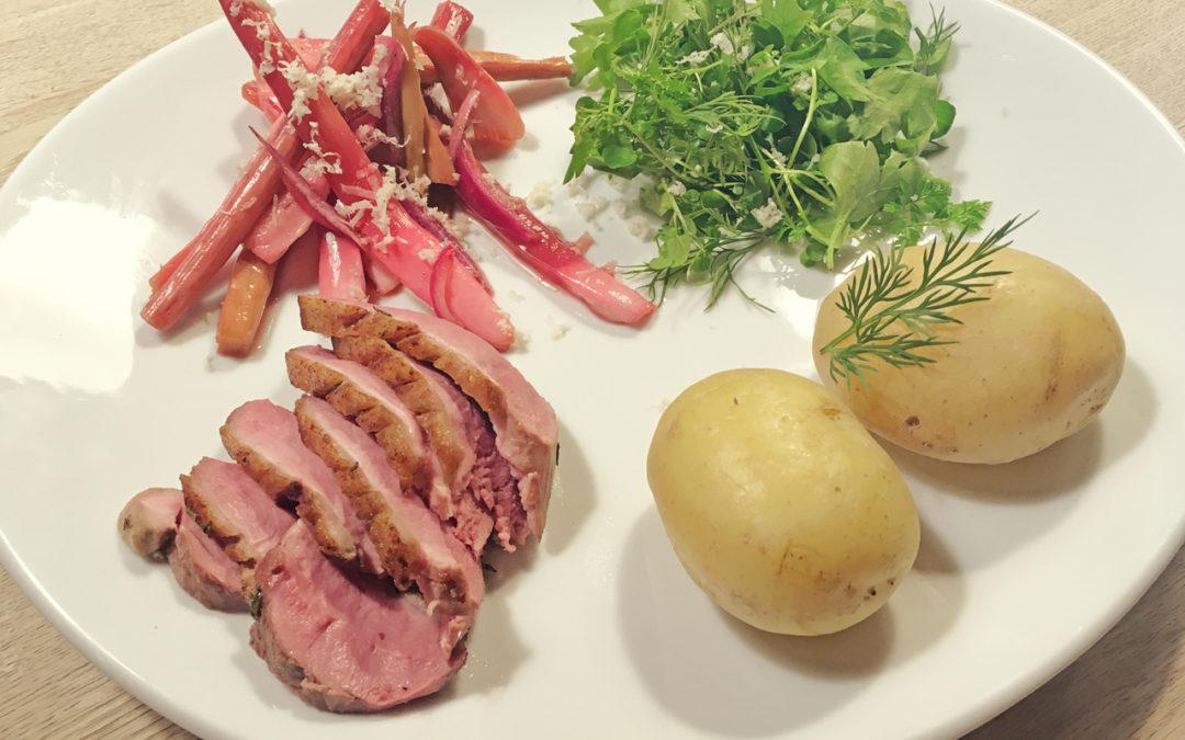 Bagt rabarber med peberrod, stegt fjerkræ og urtesalat med nye kartofler