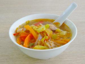 Hjemmelavede Cup Noodles serveret i en hvid skål