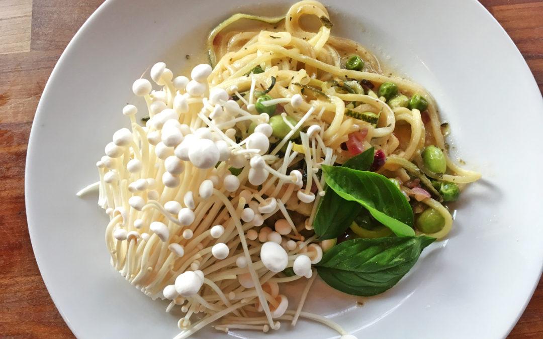 Grøntsagsspaghetti og edamamebønner