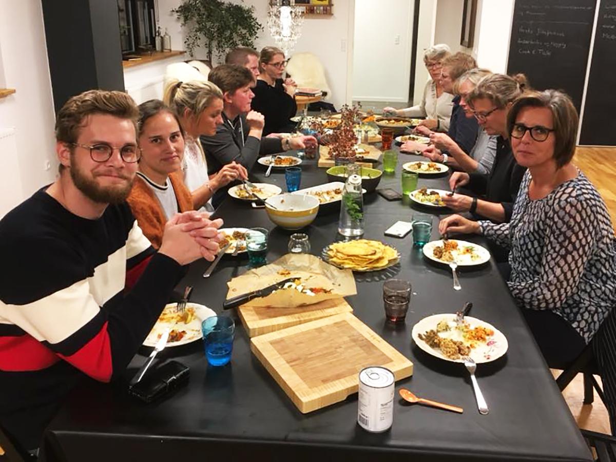 Alle vores kursus bygger på cook & talk princippet, så det er ikke kun madlavningskurser, men også det varme samvær når vi spiser og snakker sammen bagefter.