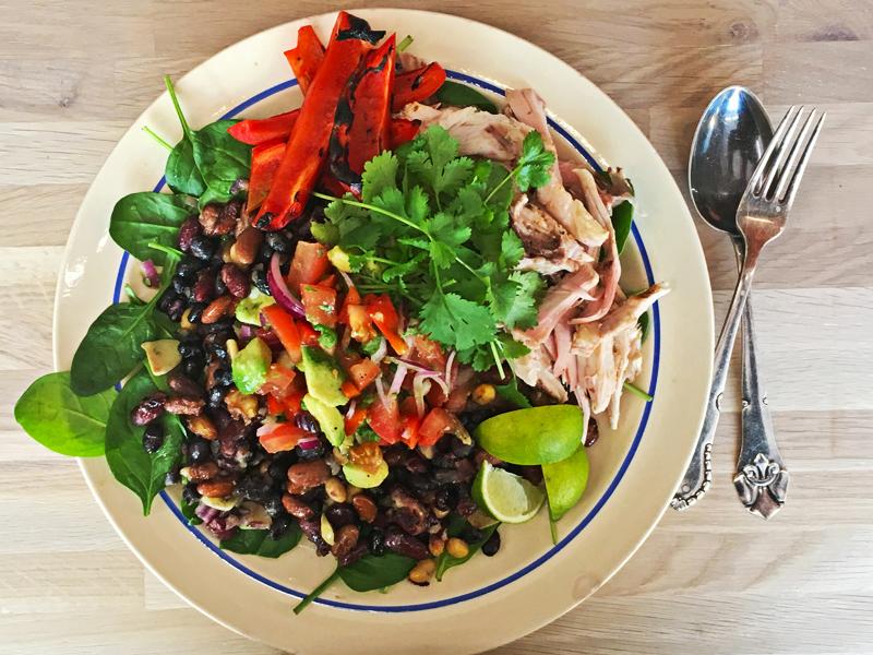 lækker kyllingesalat med tomatsalsa, bønnemix og mexicansk grillet kylling