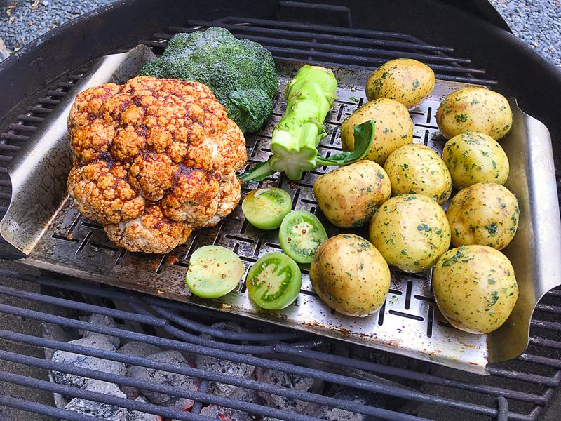 Grillede kartofler, broccoli og blomkål med krydderrub